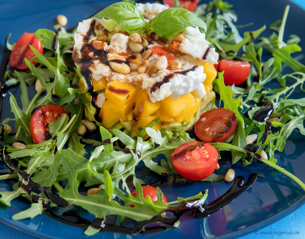 Fruchtiger Avocado-Mango-Salat mit Büffelmozzarella