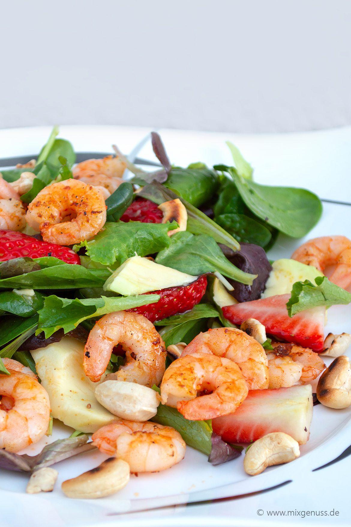 Avocado-Erdbeer-Salat mit Ingwer-Dressing und Garnelen