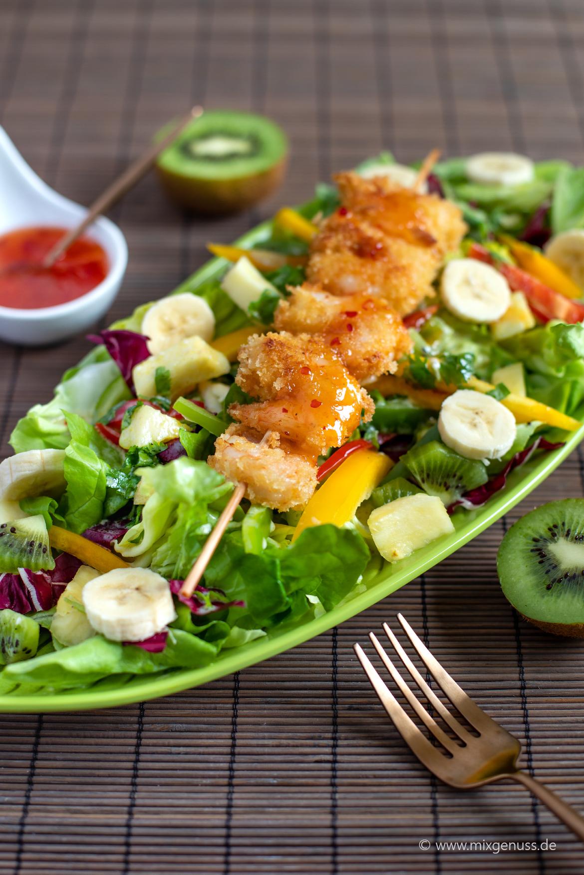 Tropischer Salat mit Panko-Garnelen